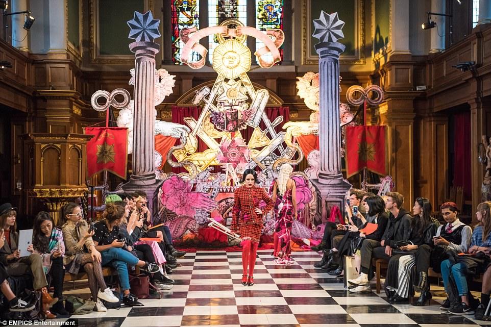 Un défilé satanique dans l'église St Andrews à Londres (2017) 4472D3D900000578-4896520-image-a-47_1505761396443