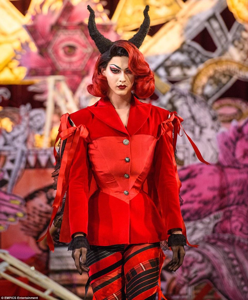 Un défilé satanique dans l'église St Andrews à Londres (2017) 4472D2AB00000578-4896520-Dilara_used_drag_artist_Violet_Chachki_and_rapped_Brooke_Candy_a-m-2_1505766314323