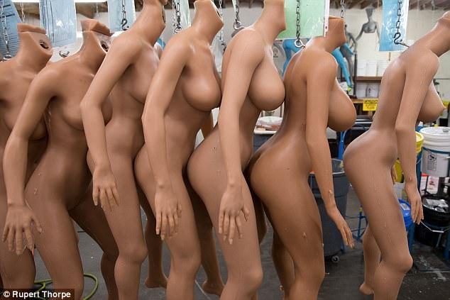 Sexo con robots, la metamorfosis del placer para el siglo XXI no exenta de riesgos 45C8FC4400000578-5027573-image-a-75_1509221350039