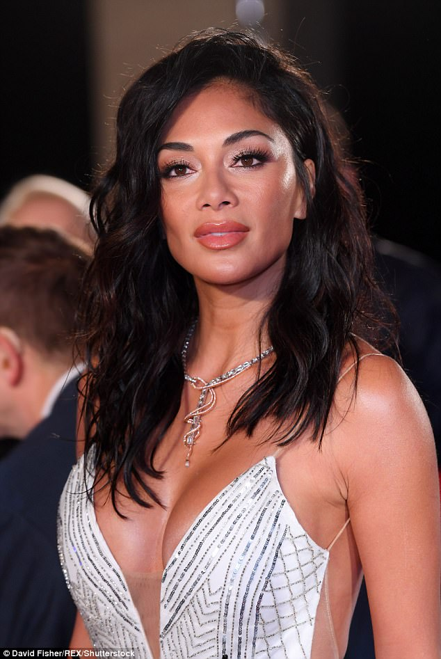 Nicole Scherzinger - Página 8 45D7157300000578-5033591-All_eyes_on_her_Posing_fiercely_for_cameras_Nicole_certainly_tur-m-132_1509408627660