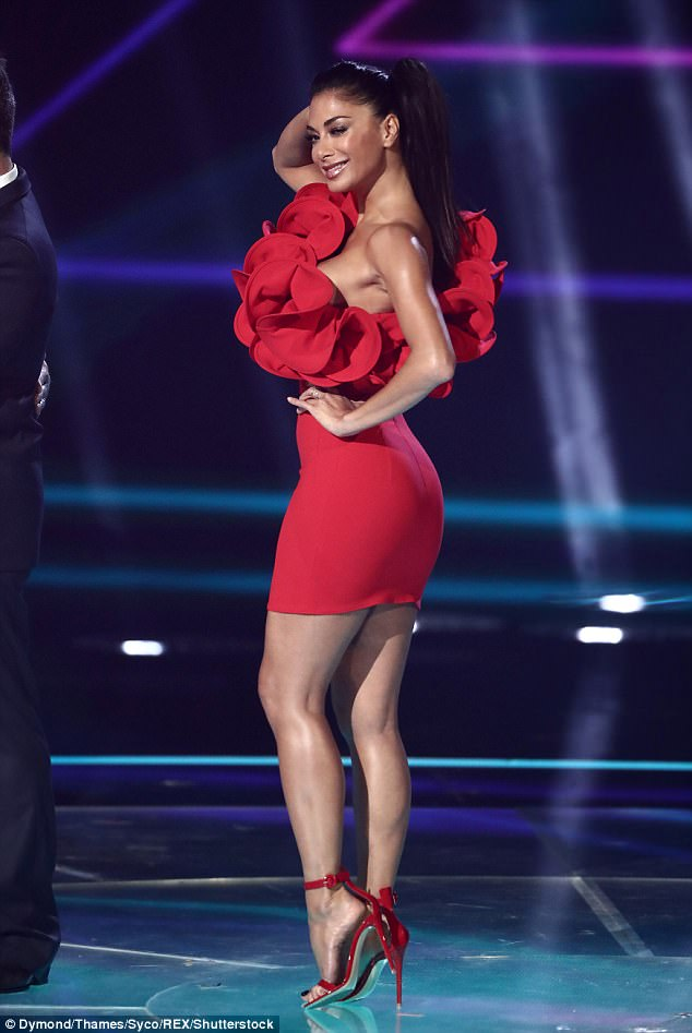 Nicole Scherzinger - Página 8 4603DE4D00000578-5050789-Red_alert_Letting_this_week_s_theme_Viva_Latino_influence_her_fa-a-17_1509881385682