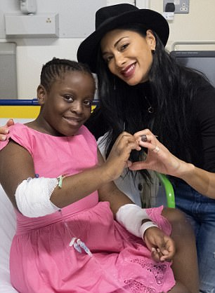 Nicole Scherzinger - Página 9 46A127AD00000578-0-Great_cause_Beaming_from_ear_to_ear_Nicole_appeared_to_be_deligh-m-40_1511436906584