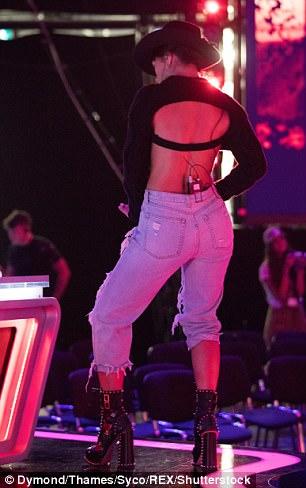 Nicole Scherzinger - Página 9 46A98A4400000578-5114693-Break_it_down_Nicole_added_an_edge_to_her_look_with_black_studde-m-9_1511543580436