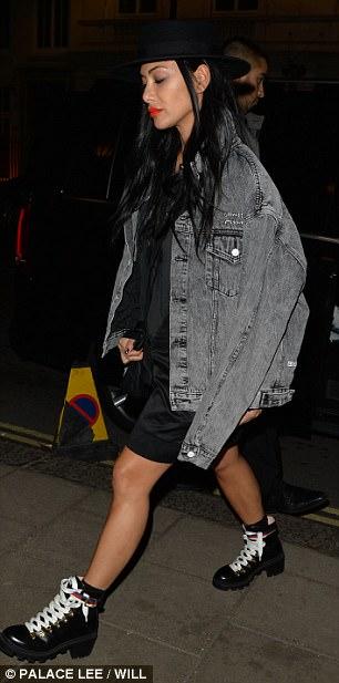 Nicole Scherzinger - Página 9 46D254DD00000578-5130997-Preppy_She_hid_her_raven_black_tresses_under_black_trim_hat_as_s-m-108_1512008865190