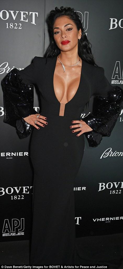 Nicole Scherzinger - Página 9 46E3AC6E00000578-5137893-She_s_the_mane_attraction_The_X_Factor_judge_wore_her_glossy_rav-a-61_1512165703787