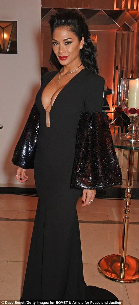 Nicole Scherzinger - Página 9 46E3AD1200000578-5137893-She_s_the_mane_attraction_The_X_Factor_judge_wore_her_glossy_rav-a-62_1512165703836