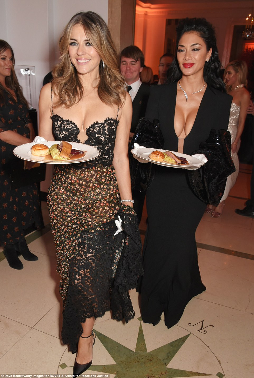 Nicole Scherzinger - Página 9 46E3FD1200000578-5137893-Here_come_the_girls_The_pair_flashed_matching_grins_as_they_sash-m-21_1512169968922