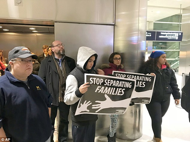 The Serious Side - part 4 - Page 10 48342CF500000578-5275911-The_family_was_joined_at_the_airport_by_protesters_who_carried_s-a-47_1516135769914