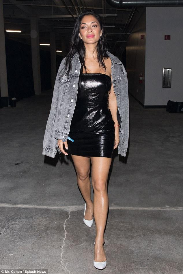 Nicole Scherzinger - Página 9 4950381700000578-5403779-Sensational_style_Nicole_s_injected_a_pop_of_strawberry_lip_colo-a-3_1518893982709