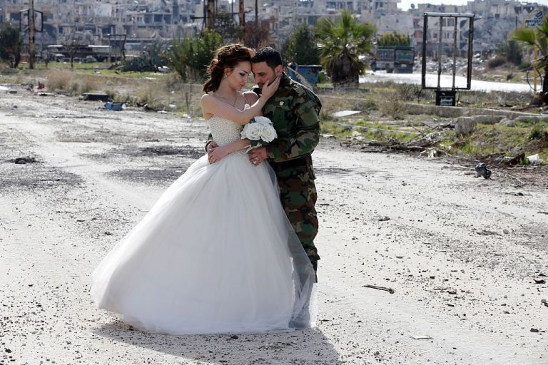 زوجان سوريان يلتقطان صور زفافهما في أطلال مدينة حمص Slide_476896_6519810_free