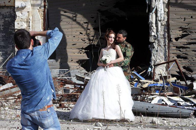 زوجان سوريان يلتقطان صور زفافهما في أطلال مدينة حمص Slide_476896_6519824_free