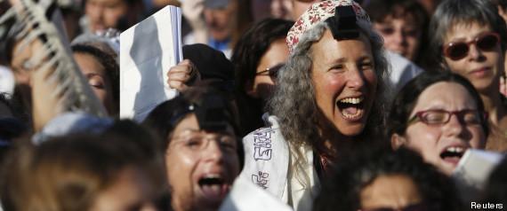 femme juive et kippa  R-FEMMES-DU-MUR-large570