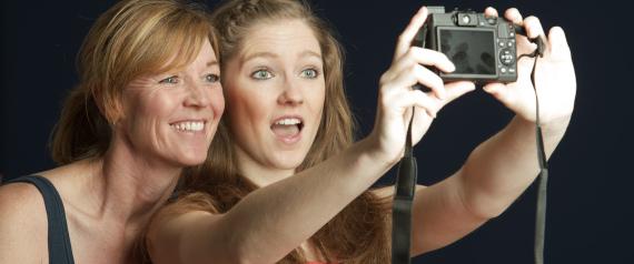 من الجانب الأيمن أم الأيسر؟ هل توجه الكاميرا لأعلى أم لأسفل؟ دليلك لأفضل صورة للوجه N-FACE-SELFIE-PICTURE-large570