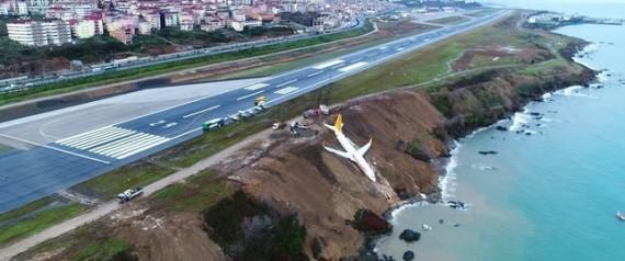 هل شاهدت الصور المرعبة للطائرة التركية؟.. الكشف عن سبب الحادث الذي كاد ينتهي بها في البحر  N-TAIRTTRABZWN-large570