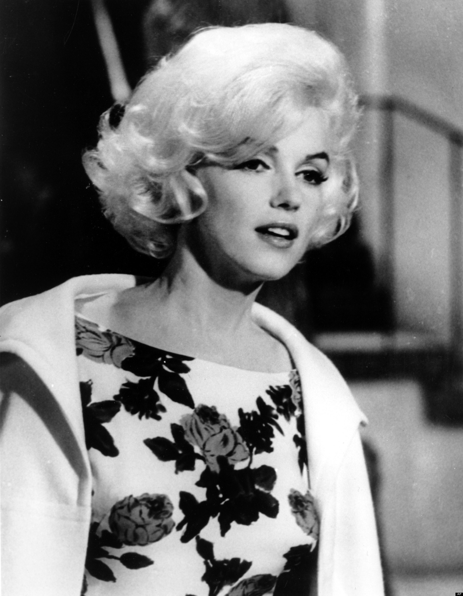 The United States of the Solar System, A.D. 2133 (Book Ten) - Page 32 O-MARILYN-MONROE-FRANK-SINATRA-facebook