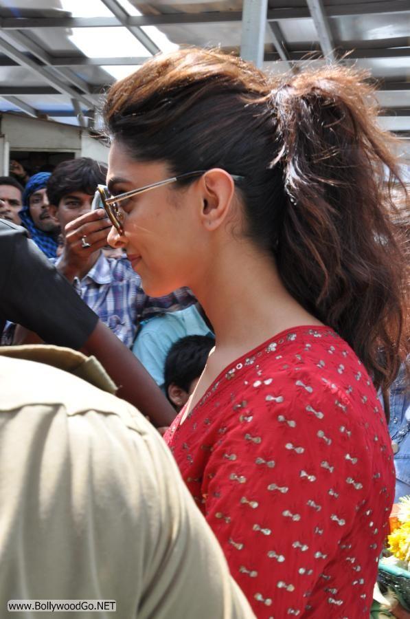 Deepika Padukone at Siddhivinayak Temple Pictures AbbwVsMB