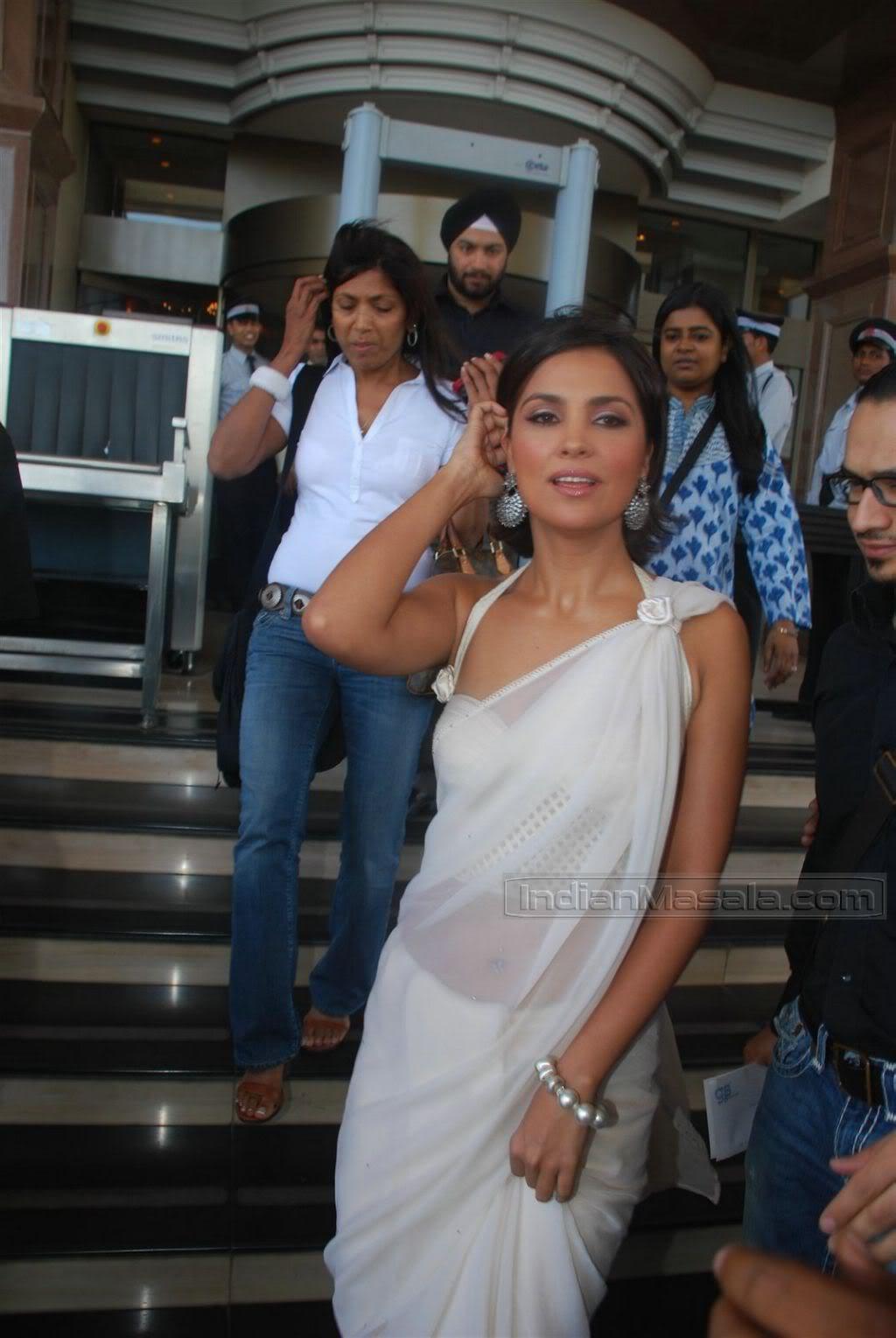 Lara Dutta in transparent saree at Aircel mobile launch AbdJxG2d