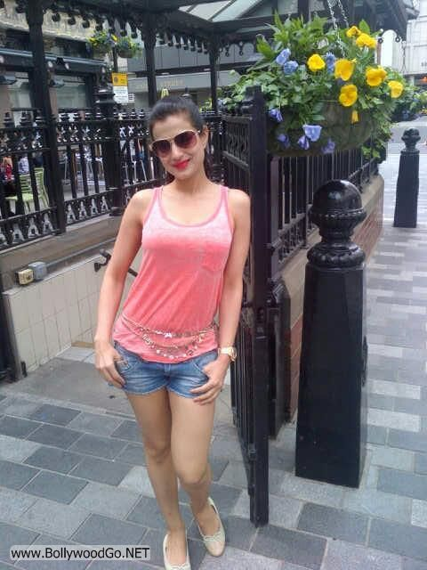 Amisha Patel Exclusive Pictures from London Vocations AbihH6Vj