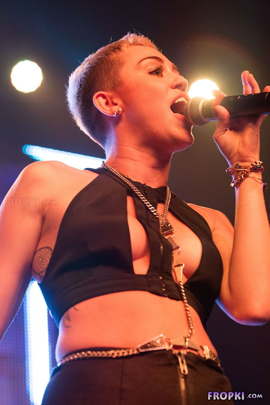 Miley Cyrus shows her naughty side - Page 2 AbqaqScN