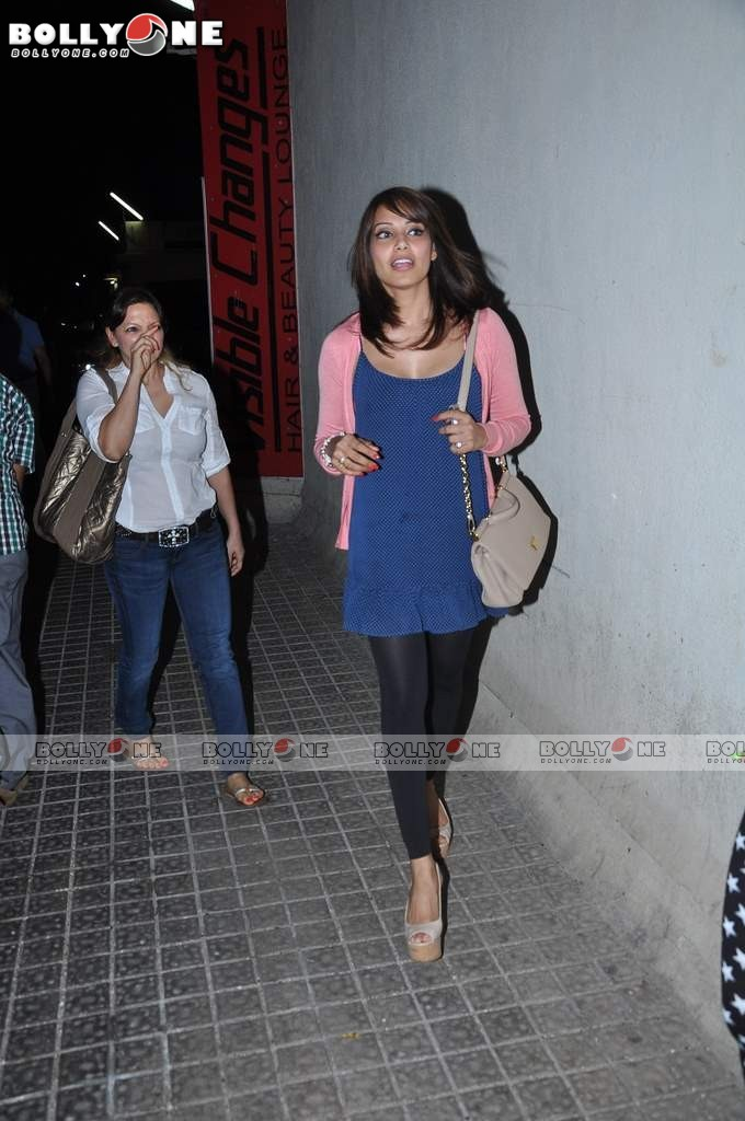 Ameesha Patel and Bipasha Basu Spotted at PVR Juhu Abtr8c0L
