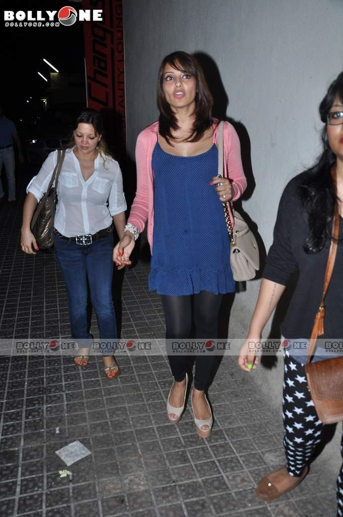 Ameesha Patel and Bipasha Basu Spotted at PVR Juhu Abzwjrrk