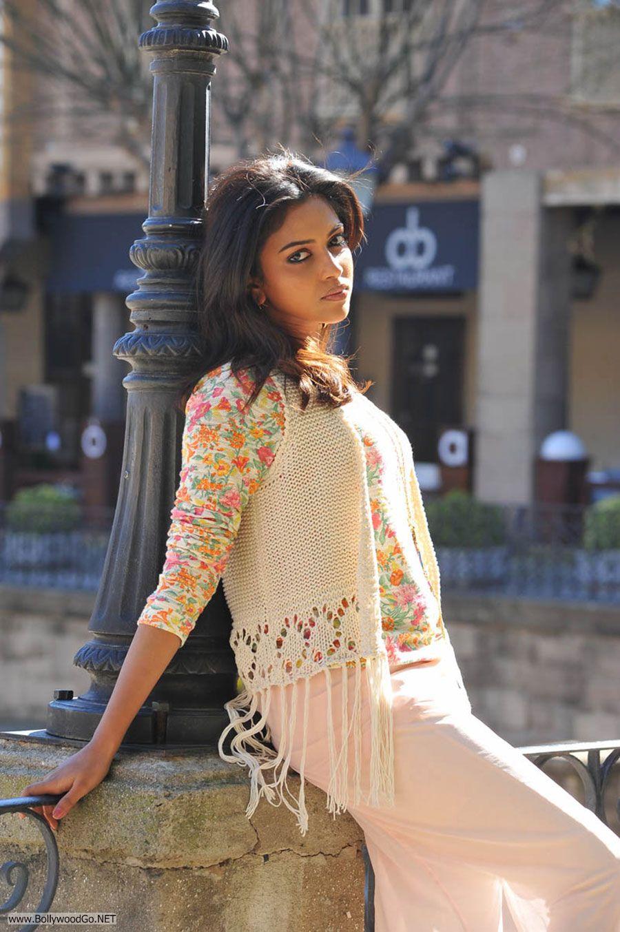 Amala Paul New Stills from Iddarammayilatho Movie AceX7irh
