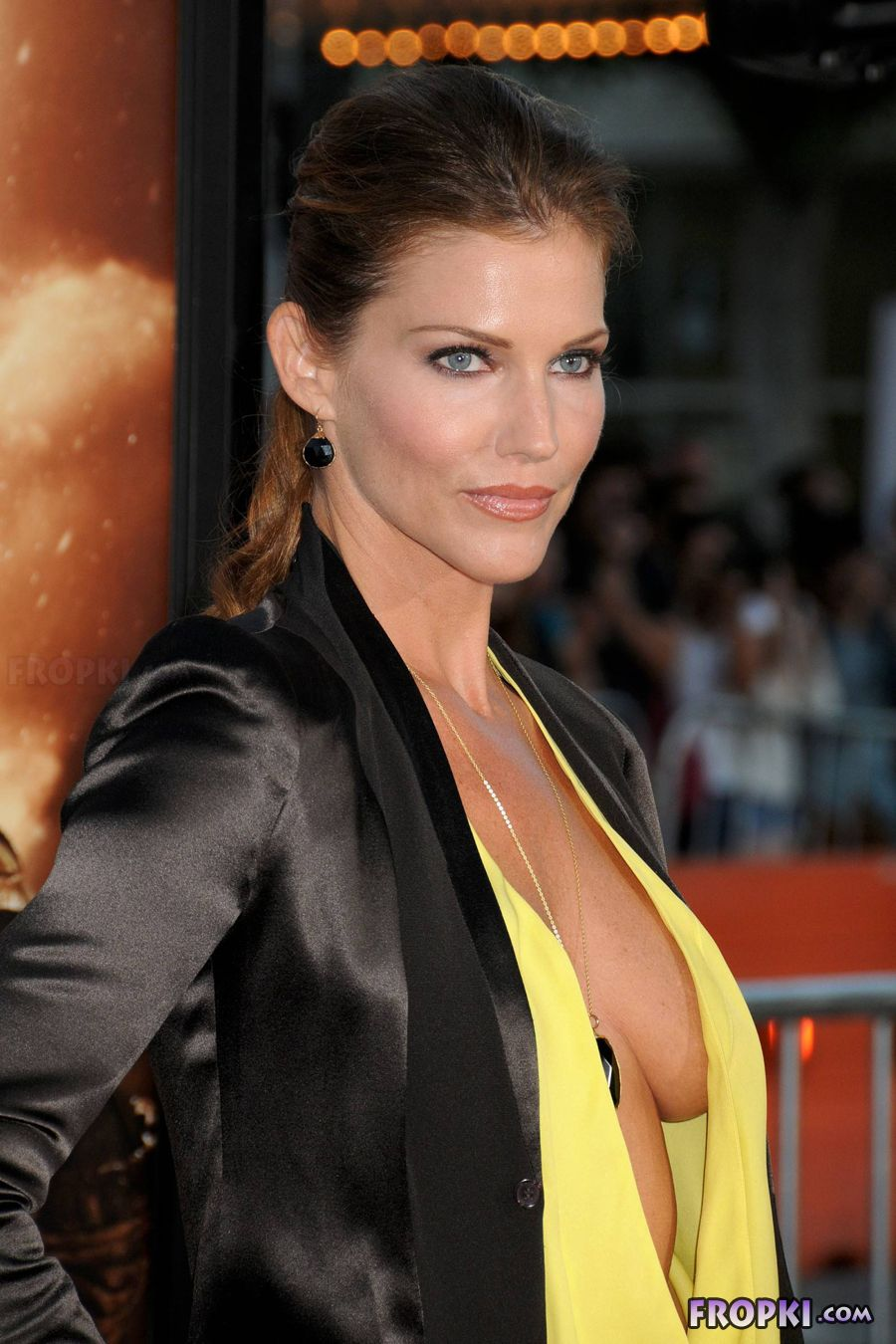 Tricia Helfer - Riddick Premiere in Los Angeles AclCHppM