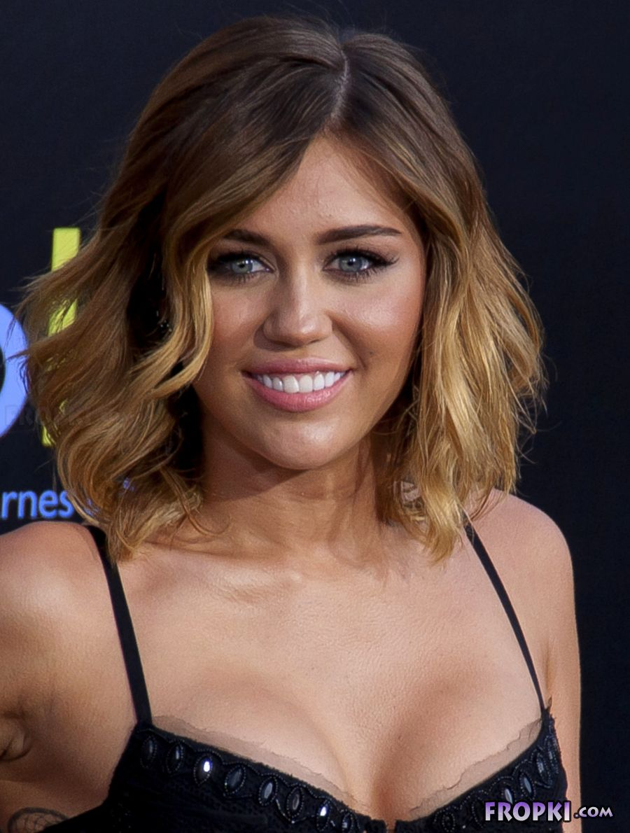 Miley Cyrus shows her naughty side - Page 2 AcsabJgw