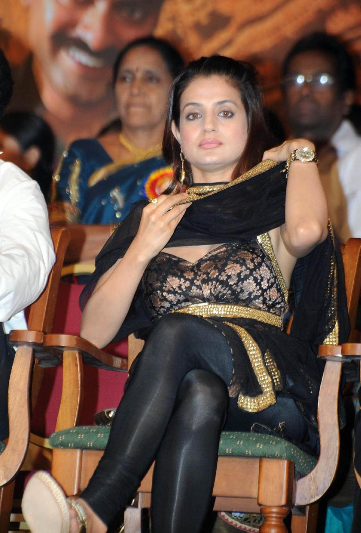 Ameesha Patel High Quality Pictures And Bio Graphy Acxh1E70