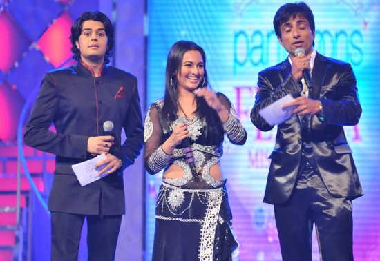 Malaika, Sonakshi, and Other Celebs at the 'Pantaloons Femina Miss India 2011' Finale AcyTQZpj