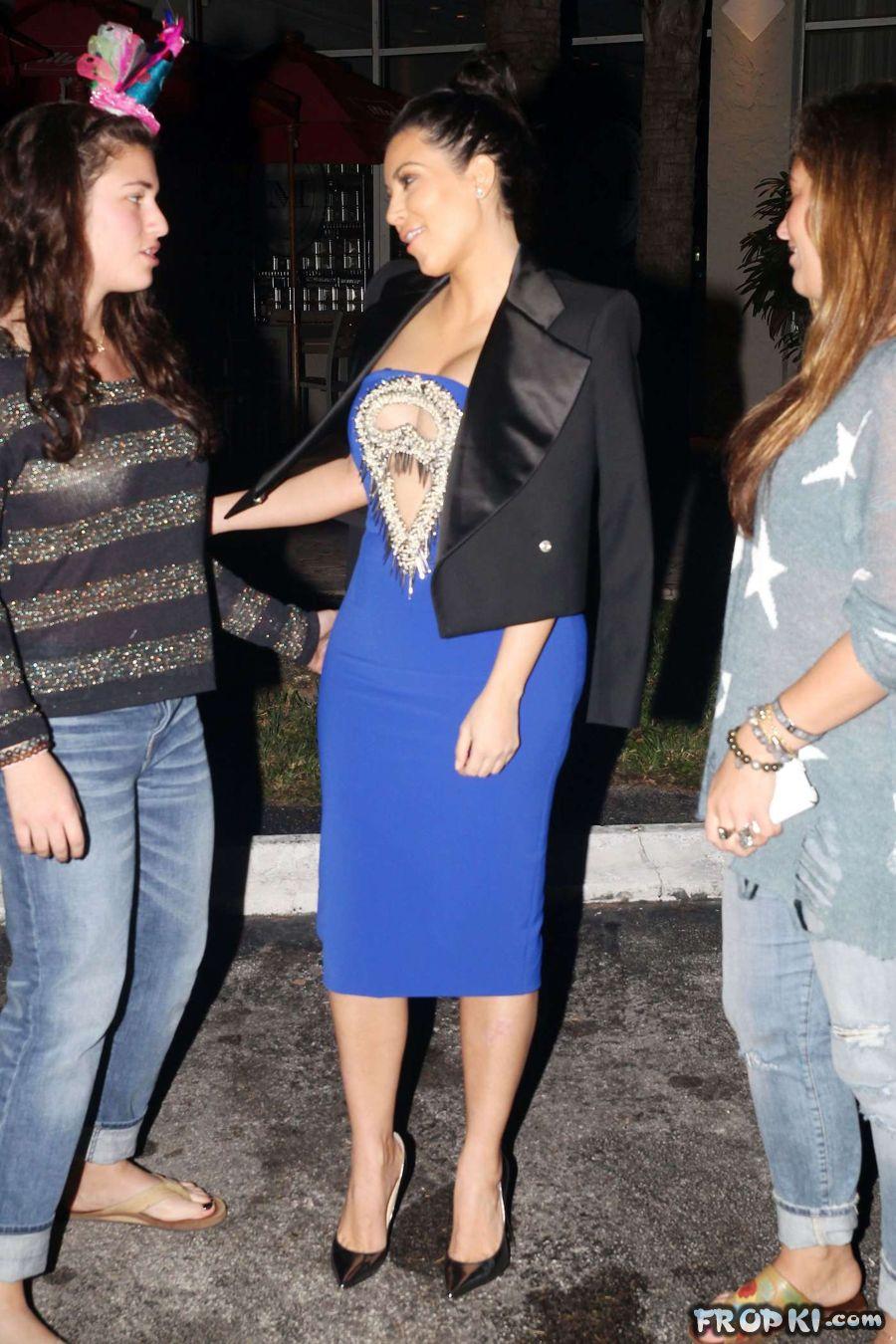 Pregnant Kim Kardashian steps out for dinner Acz2QOyp