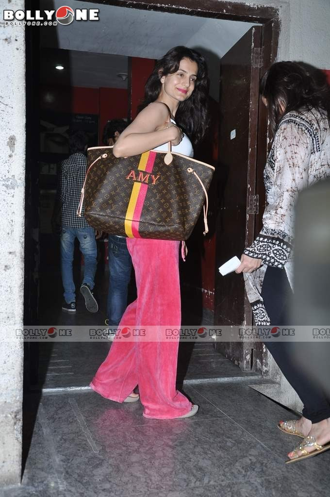 Ameesha Patel and Bipasha Basu Spotted at PVR Juhu AdcVmj80