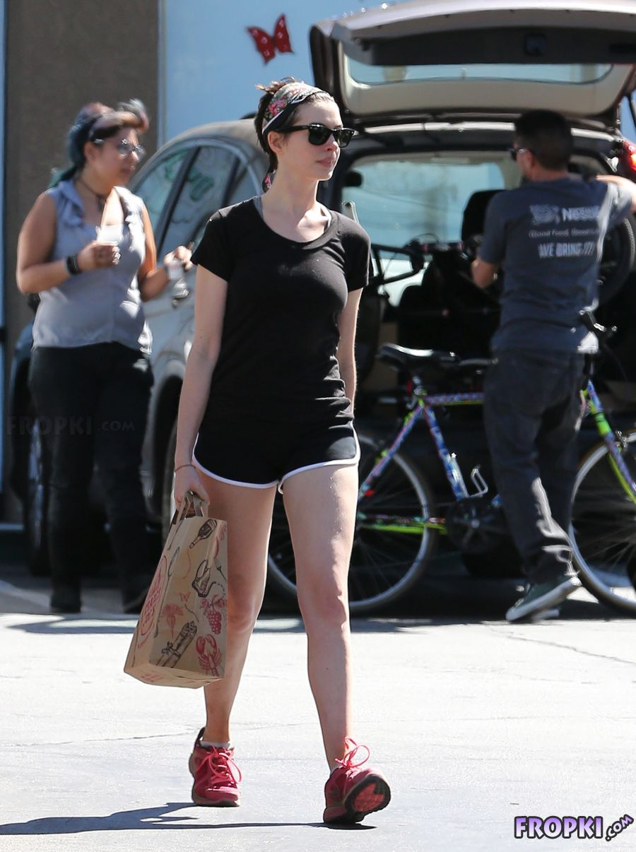 Anne Hathaway in gym clothes at Trader Joes AdfJ05KI