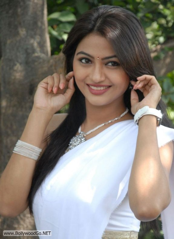 Actress Kumkum Cute Pics in White Saree Adh09pIo
