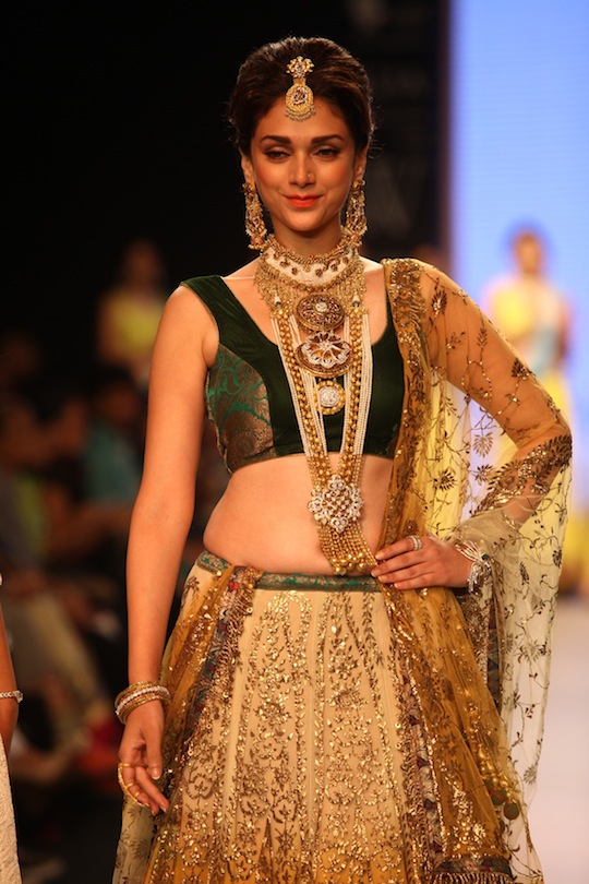 Bollywood celebs On the Ramp IIJW 2013 15 images Adh4o2VP