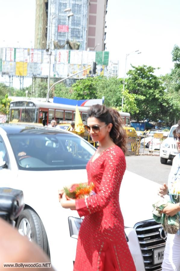 Deepika Padukone at Siddhivinayak Temple Pictures Adq70ufV