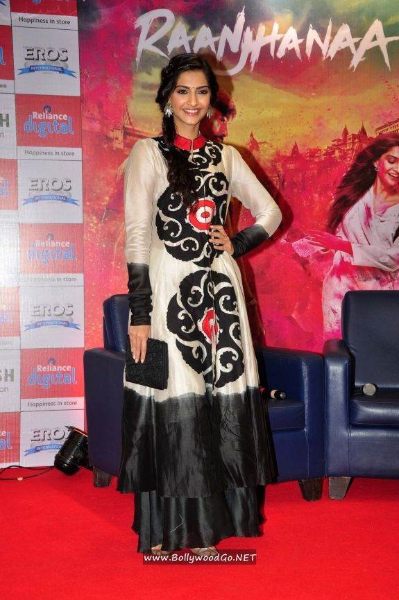 Sonam Kapoor and Dhanush at Reliance Digital Gallery AdqFEFRr