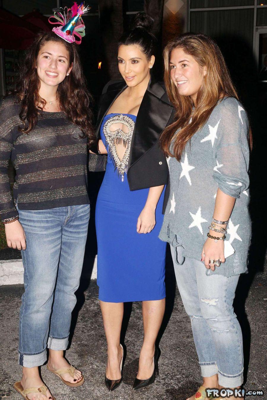 Pregnant Kim Kardashian steps out for dinner AdqW0x4m