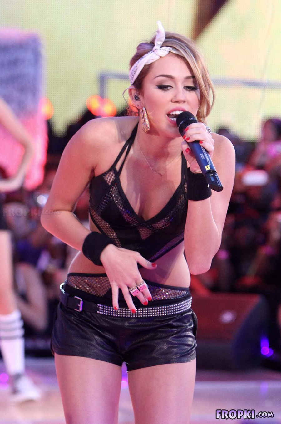 Miley Cyrus shows her naughty side - Page 2 AdrRd0Lx
