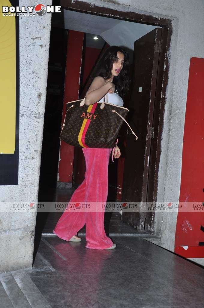 Ameesha Patel and Bipasha Basu Spotted at PVR Juhu AdsRtVDz
