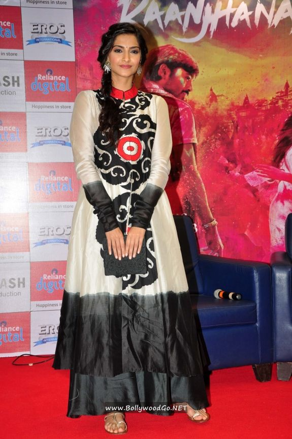 Sonam Kapoor and Dhanush at Reliance Digital Gallery Adswyq3Y