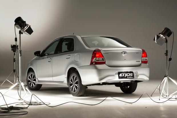 El Toyota Etios recibió un restyling inesperado en Brasil TOYOTA-ETIOS-PLATINUM-BRASIL-7