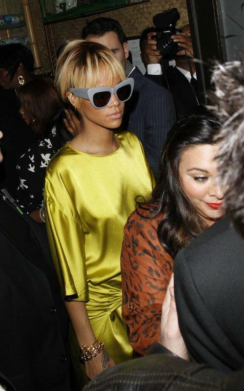 Rihanna  - Страница 3 96757b42ad17