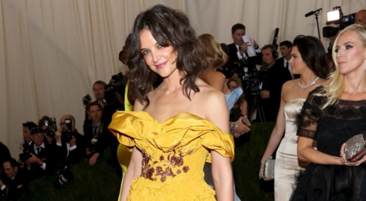 Discussion sur l' Etoile de TF1 du 5 mai 2014 - Page 5 Katie-Holmes-Underwhelms-in-Yellow-Mustard-Marchesa-at-the-MET-Gala-2014-Photo