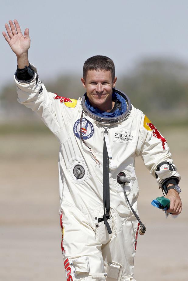 Felix Baumgartner - first man diving through the speed of sound! Pa-14885297