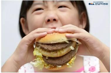 妈妈们要注意了!看吃播?可能是孩子走向幼儿肥胖的捷径。。 5aaa3965fff16a50
