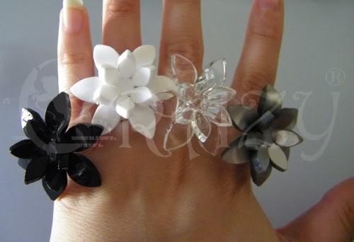 collane e anelli serie fiori in plexiglas Anelliindossati