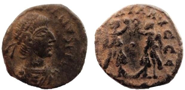 AE4 de Valentiniano II. VICTORIA  AVGGG Pode%20ser%20Arcadius-_zpscnfkb3dr