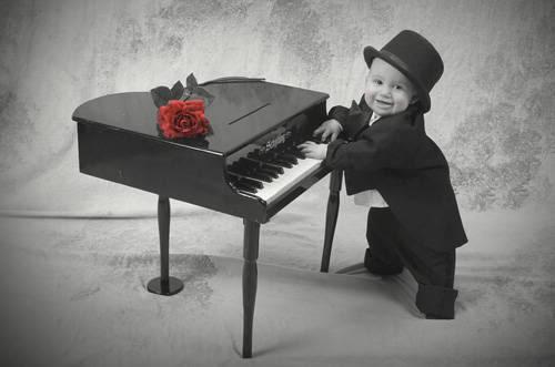 Crno-bijelo u boji - Page 6 Pianoplayingtoddler_435