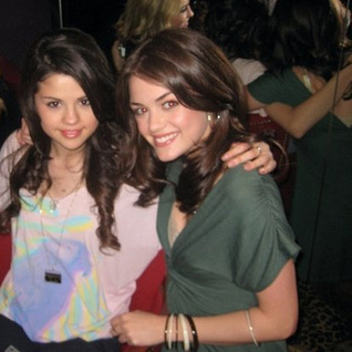 Camping los Ángeles.{Normal} Selena-gomez-and-chelsea-staub-gallery